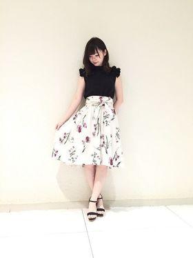 白×花柄スカートで作る愛されコーデ特集♡