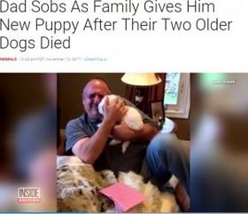 家族に子犬をプレゼントされた父、サプライズに号泣(カナダ)