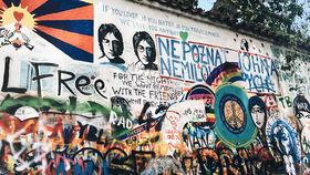 ジョン・レノンを偲ぶ「プラハの壁」。
